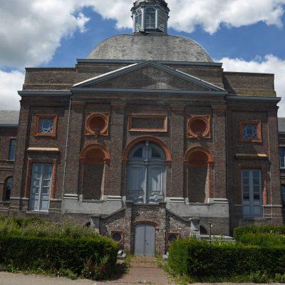 Het Godshuis in de Meetjeslandse gemeente Sint-Laureins is een monumentaal negentiende-eeuws gebouw. Het Godshuis, 75 meter lang en 56 meter breed, werd tussen 1843 en 1849 gebouwd in een neoclassicistische stijl met neobarokke en neorenaissancistische elementen. Het fraaie gebouw bevindt zich pal in het centrum van Sint-Laureins. In de jaren 90 van de 20e eeuw stond het hele gebouw te verkommeren, maar vandaag is het prachtig gerestaureerd. Het is nu een hotel, restaurant en feestzaal. Tussen 1843 en 1849 werd het Godshuis gebouwd met financiële ondersteuning van juffrouw Antonia Van Damme (1797-1879). De bedoeling was dat het grote gebouw een soort ziekenhuis zou worden voor mensen met moeraskoorts, een ziekte die toen nog frequent voorkwam in het waterrijke Meetjeslandse krekengebied. De bestemming van het gebouw werd een aantal keer gewijzigd doorheen zijn geschiedenis: van tehuis voor bejaarden en gewone zieken, tot een weeshuis en een onderwijsinstelling. In 1940 en ook tijdens de bevrijding in 1944 verwierf het Godshuis grote populariteit, omdat de grote kelders een veilig toevluchtsoord waren voor de bevolking tijdens de gevechten. In 1999 werd het vervallen gebouw zeer grondig gerestaureerd en in 2004 ging het Godshuis weer open als hotel en restaurant.