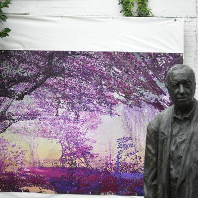 Beeld van Jan Buytaert in de tuin van zijn huis Coup de Ville 2020 (Chasing Flowers)