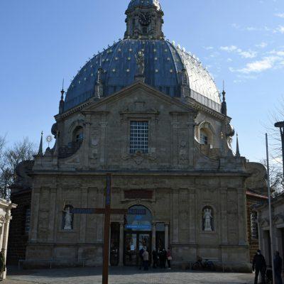 De Basiliek van Onze-Lieve-Vrouw van Scherpenheuvel is een basiliek gelegen op het grondgebied van de Scherpenheuvel-Zichemse deelgemeente Scherpenheuvel in België. Het oord is 's lands belangrijkste bedevaartsoord. Scherpenheuvel was lange tijd slechts een gehucht van Zichem en werd door de toeloop van bedevaarders belangrijker dan Zichem. Het kreeg in 1605 stadsrechten en grachten en tegelijkertijd ook een grondplan in de vorm van een zevenpuntige ster met de basiliek in het centrum. Het gebouw is een van de oudste koepelkerken in de Lage Landen en werd ingewijd in 1627 door de aartsbisschop van Mechelen, Jacobus Boonen. De kerk werd tot basiliek verheven in 1922 en is sinds 1952 een beschermd monument. Ze werd gebouwd op initiatief van en betaald door de aartshertogen Albrecht van Oostenrijk en Isabella. Zij verbleven vlak tegenover de basiliek in het nog bestaande huis het Gulden Vlies tijdens hun bezoeken aan Scherpenheuvel. Bij de inwijding offerde Isabella juwelen op de altaartrappen. Ze wilde hiermee aantonen dat aardse goederen niet het belangrijkst zijn. De architect van de bouwwerken was Wenceslas Coeberger; hij koos voor een basiliek in de vorm van een zevenster, een symbool voor de zeven vreugden en zeven smarten van Maria. De bouw gebeurde onder leiding van Judocus Bouckaert, proost van de bedevaartsplaats en later bisschop van Ieper. Het schilderij boven het hoofdaltaar en zes andere schilderijen zijn van Theodoor Van Loon (Vlaamse Meesters in Situ)  De koepel heeft geen lichtopeningen en is met lood afgedicht. Hij is versierd met 298 zevenpuntige vergulde sterren. De zijkapellen zijn opgetrokken in ijzerzandsteen die in het nabijgelegen Langdorp werd gedolven. De vierkante toren, met een beiaard van 49 klokken, is gebouwd uit zandsteen. De lantaarn (bovenste verdieping) kon pas worden gebouwd na een gift van Filips IV van Spanje. De toren is voorzien van een trap aan de binnenzijde. Hij werd in 1859 hersteld van de schade opgelopen door het naar bene