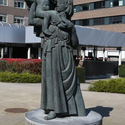 Beelden in Sint-Niklaas Maria Middelares - Karel Aubroeck Aan de kliniek in de Moerlandstraat