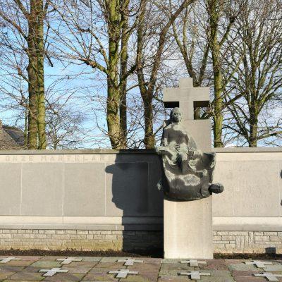 Dit monument werd opgericht ter nagedachtenis van de slachtoffers van het bloedbad van Vinkt en Meigem maar alsook ter nagedachtenis van slachtoffers van andere bloedbaden zoals Oradour-Sur-Glane, Lidice, Anscq, Putten, Bande, My Lai, Distomo, Ardea en Marzabotto.