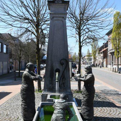 """Beeldengroep """"De Wassende Vrouwen"""" van Dora De Coninck"""